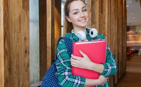 本を持っている女の子